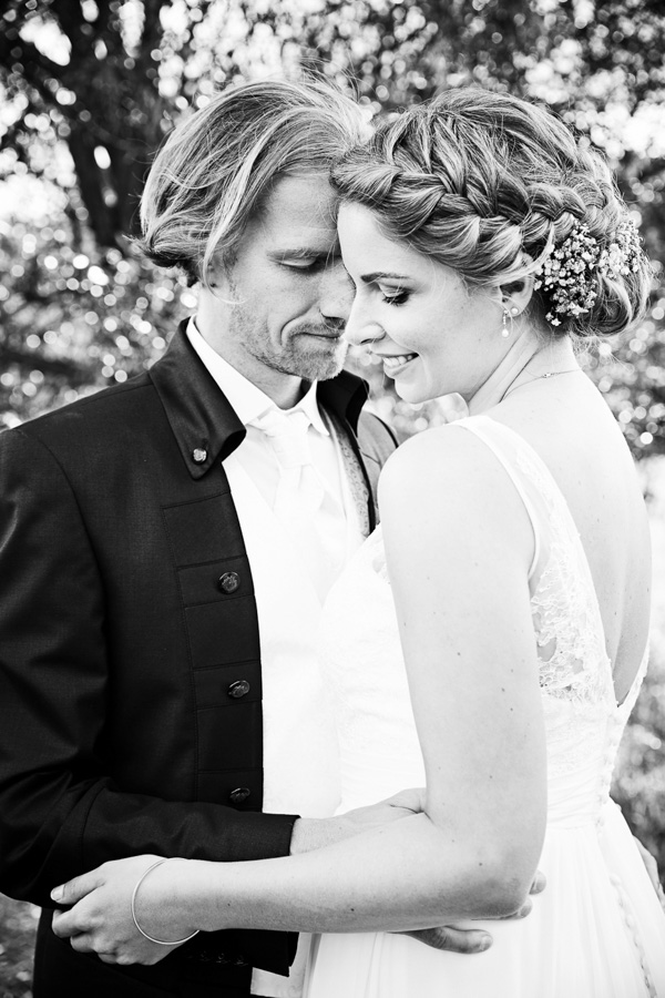 Wedding Portrait Documentary Love - Liebe Hochzeit Dokumentation Reportage - by Julian Erksmeyer Couple Picture Nature Summer Love Groom and Bride blackandwhite