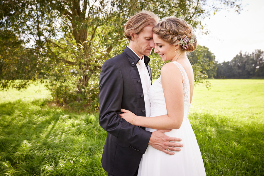 Wedding Portrait Documentary Love - Liebe Hochzeit Dokumentation Reportage - by Julian Erksmeyer Couple Picture Nature Summer Love Groom and Bride